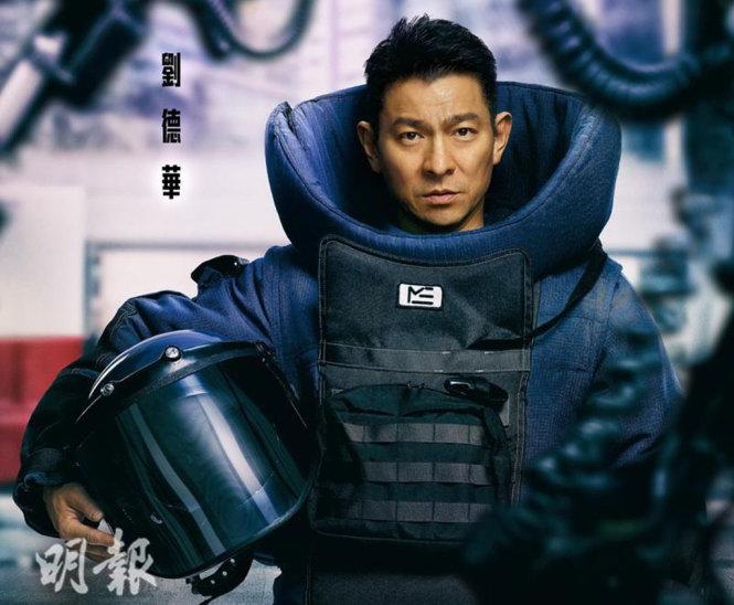 Bộ trang phục chuyên viên gỡ mìn nặng gần 40kg, khiến Lưu Đức Hoa di chuyển khó khăn - Ảnh: Mingpao