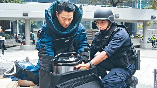Lưu Đức Hoa và Ngô Trác Hy đóng vai thầy trò, trước khi bộ phim bấm máy, hai người đã cùng theo học khóa gỡ bom - Ảnh Sina